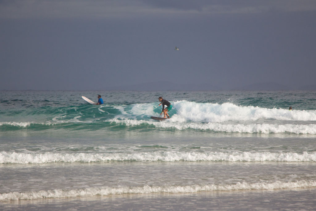 Surfen Sehnsucht nach Sommer – Surfer in Byron Bay | SOMEWHERE ELSE