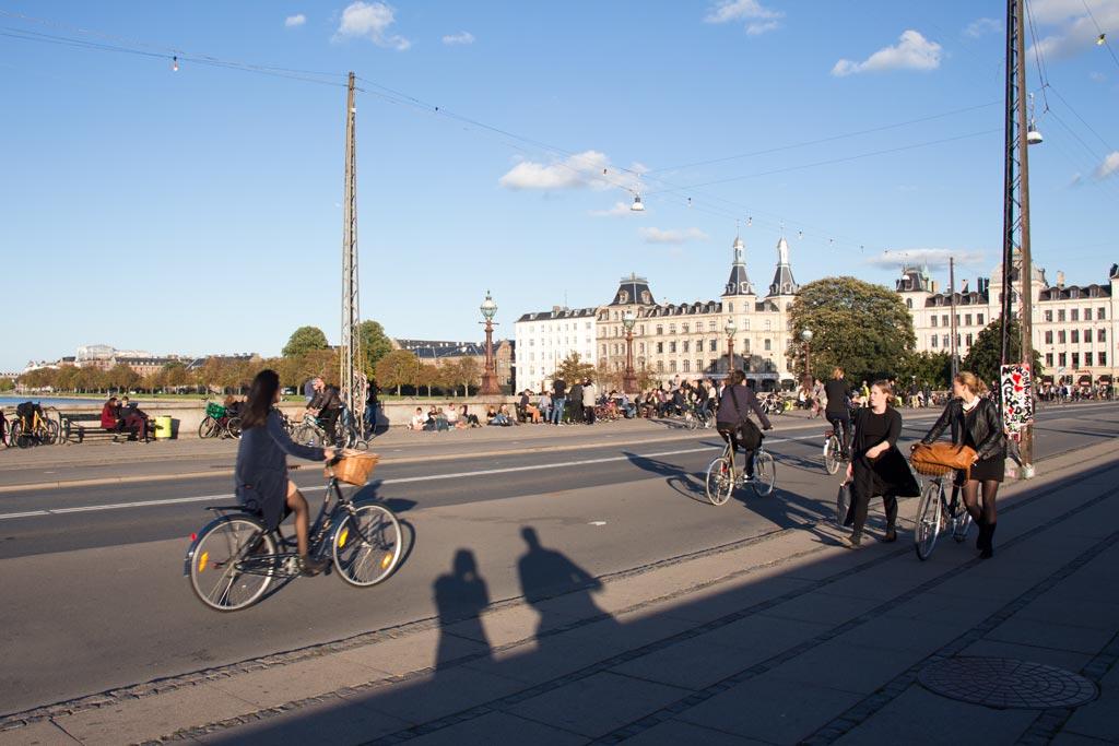 Kopenhagen entdecken – Fahrradfahrer auf der Bruecke | SOMEWHERE ELSE