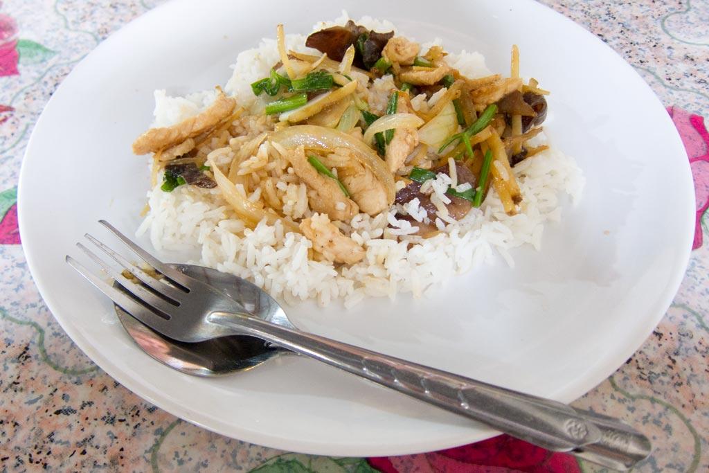 Erste Thailand Route – Essen in Garküche Chiang Mai | SOMEWHERE ELSE