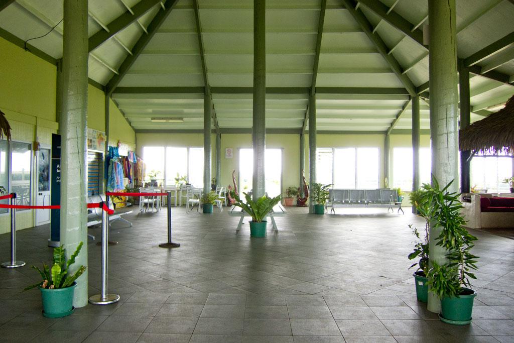 Cook Inseln Aitutaki – Am Flughafen von Aitutaki | SOMEWHERE ELSE