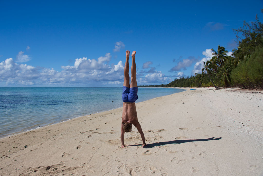 Cook Inseln Aitutaki – Handstand am Strand | SOMEWHERE ELSE