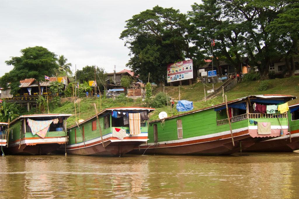 Zeit zum Nachdenken – Boote und Dorf | SOMEWHERE ELSE