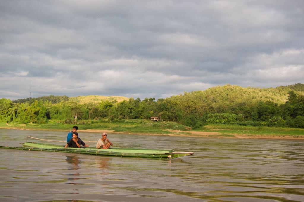 Zeit zum Nachdenken – Im Boot vorbeifahrende Männer | SOMEWHERE ELSE