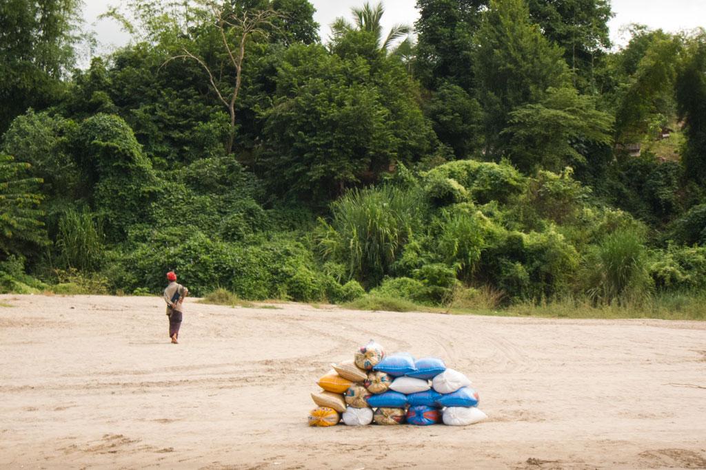 Zeit zum Nachdenken – Ladung am Ufer | SOMEWHERE ELSE