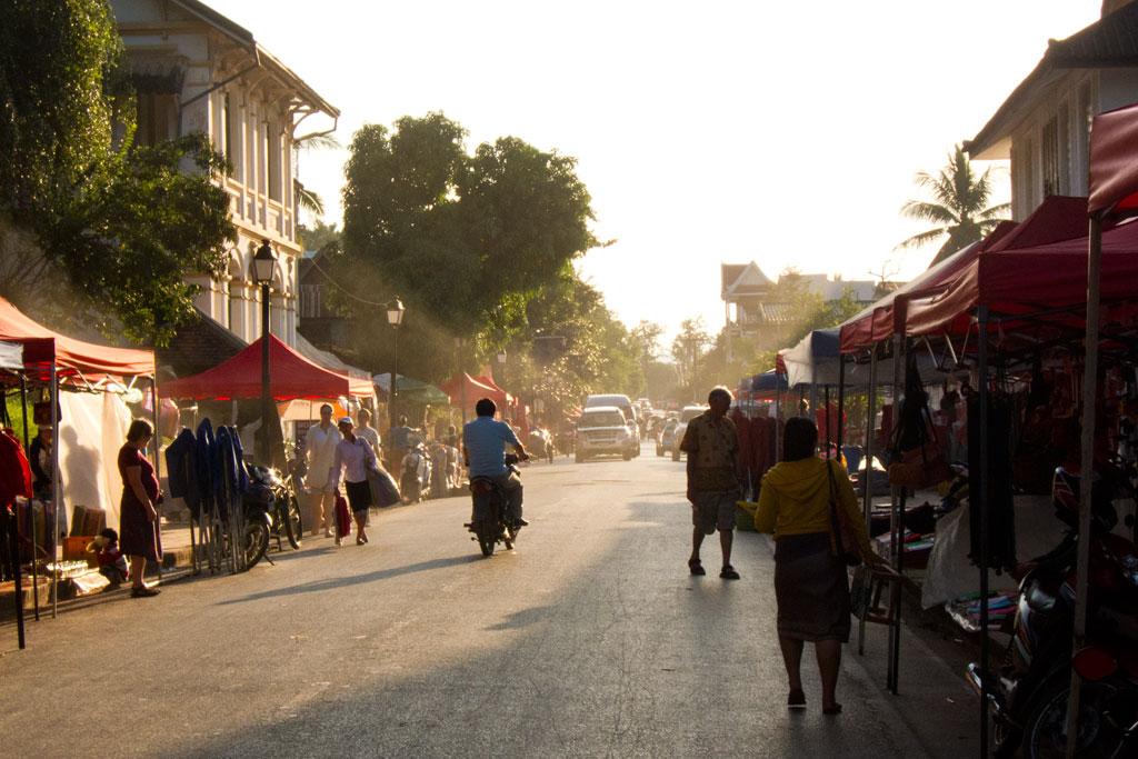Luang Prabang – Aufbau Nachtmarkt | SOMEWHERE ELSE