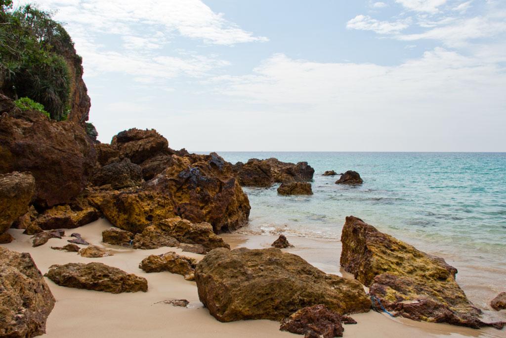 Felsen am Strand auf Ko Kradan – Thailändische Inseln | SOMEWHERE ELSE