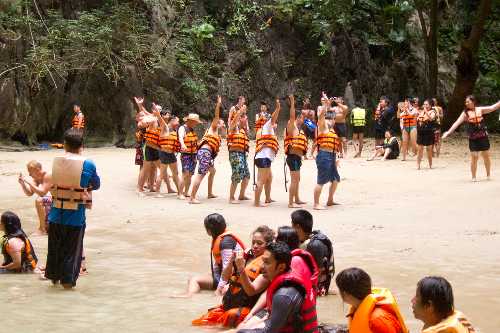 Massen von Touristen in der Lanta Morakot Cave – Thailändische Inseln | SOMEWHERE ELSE