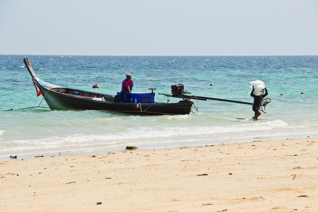 Lieferung mit dem Boot an den Strand von Ko Phi Phi – Thailändische Inseln | SOMEWHERE ELSE