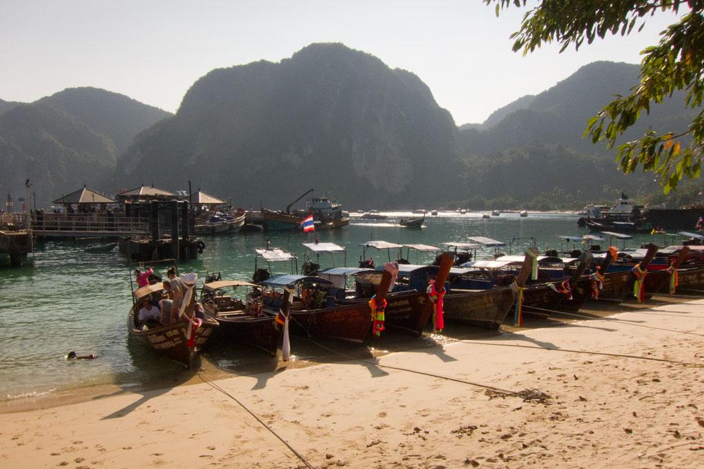 Boote am Hafen auf Ko Phi Phi – Thailändische Inseln | SOMEWHERE ELSE