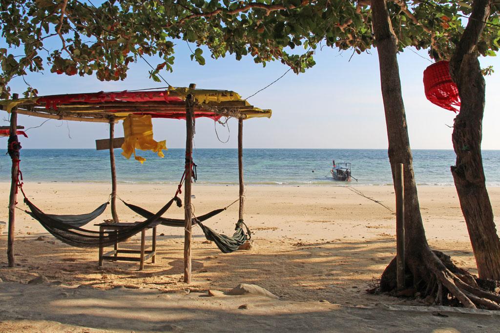 Hängematten am Strand von Ko Phi Phi – Thailändische Inseln | SOMEWHERE ELSE