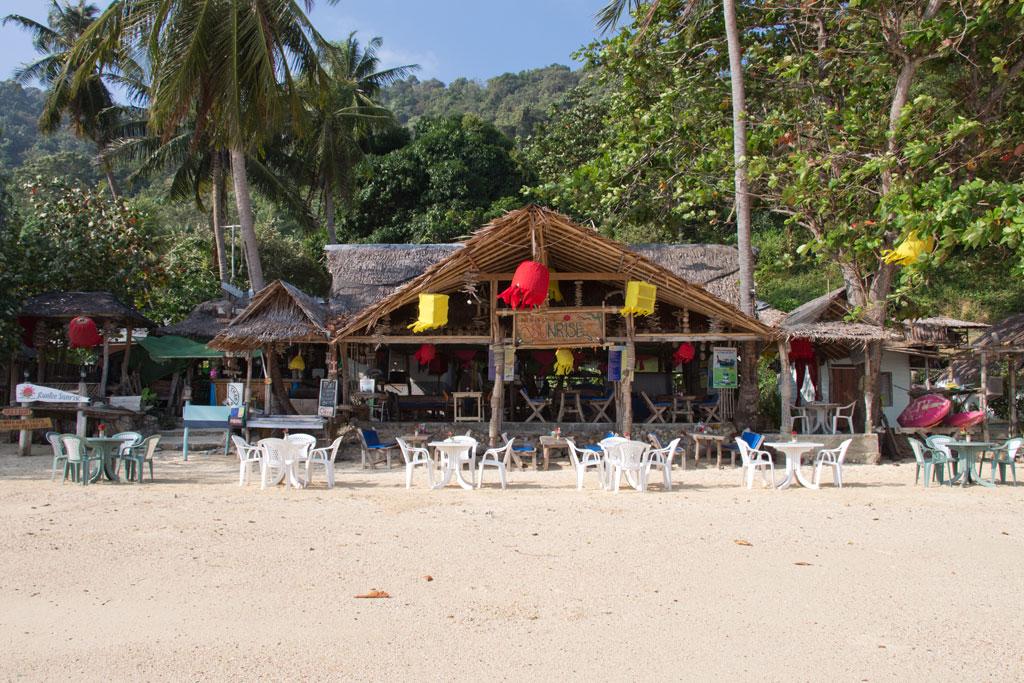 Restaurant am Strand von Ko Phi Phi – Thailändische Inseln | SOMEWHERE ELSE
