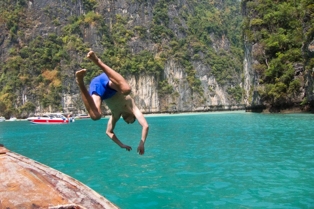 Auf dem Schnorchelausflug ein Sprung ins Wasser in der Pileh Bay – Thailändische Inseln | SOMEWHERE ELSE