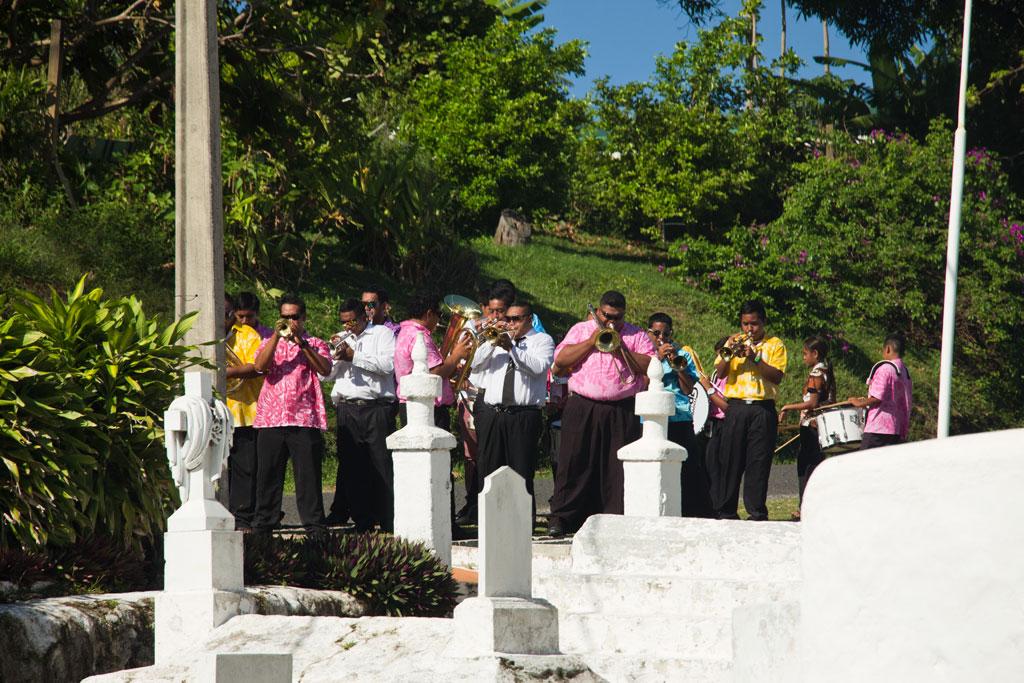 Aitutaki Lagoon Cruise – Bläser vor Kirche | SOMEWHERE ELSE
