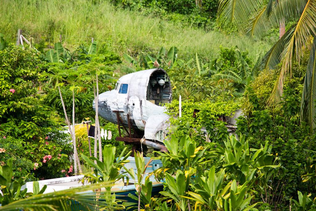 Aitutaki Lagoon Cruise – Flugzeug im Dschungel   SOMEWHERE ELSE