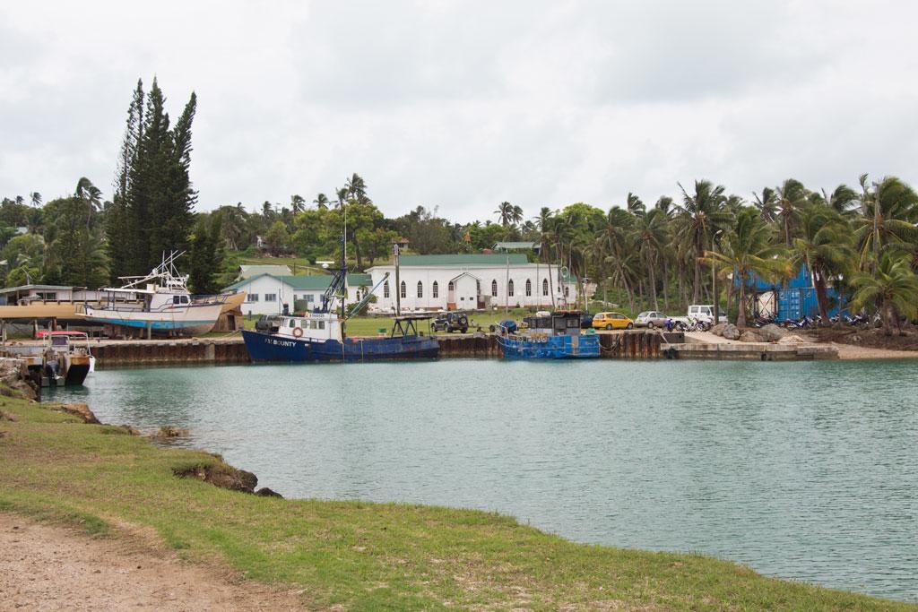 Aitutaki Lagoon Cruise – Hafen und Kirche | SOMEWHERE ELSE