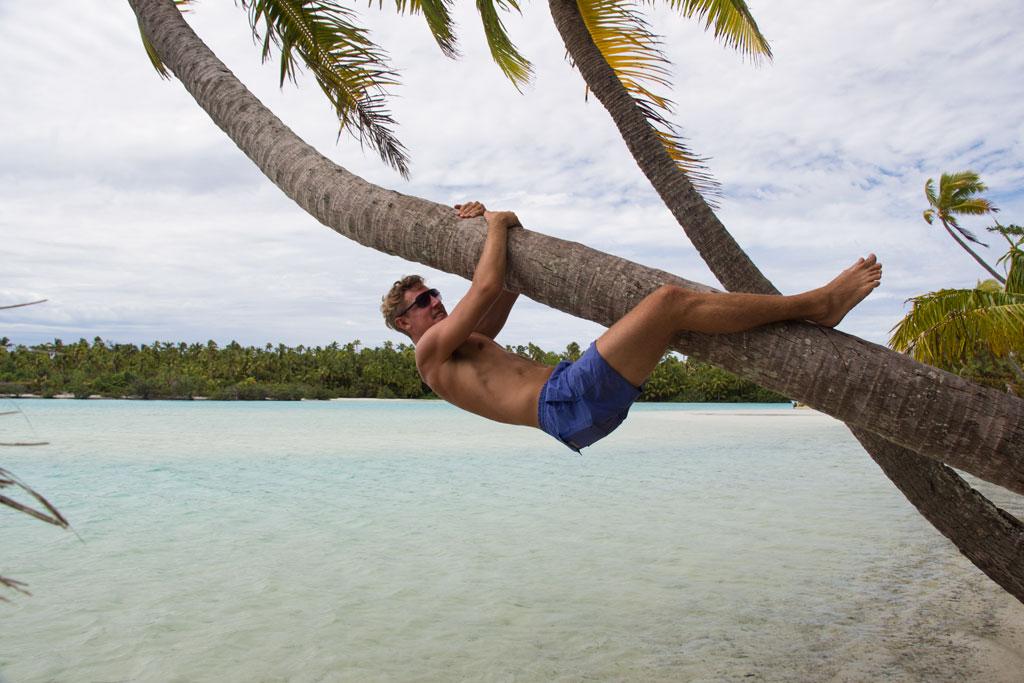 Aitutaki Lagoon Cruise – Micha hängt an Palme   SOMEWHERE ELSE