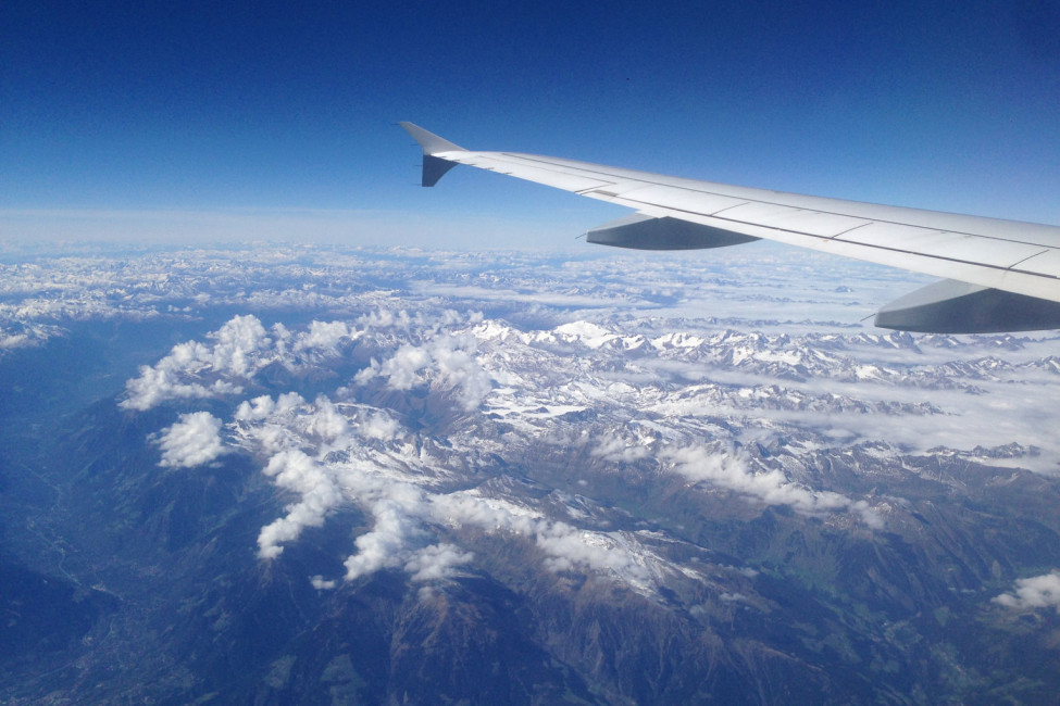 Inspirierende Reiseblogs – Blick aus Flugzeug auf die Alpen | SOMEWHERE ELSE