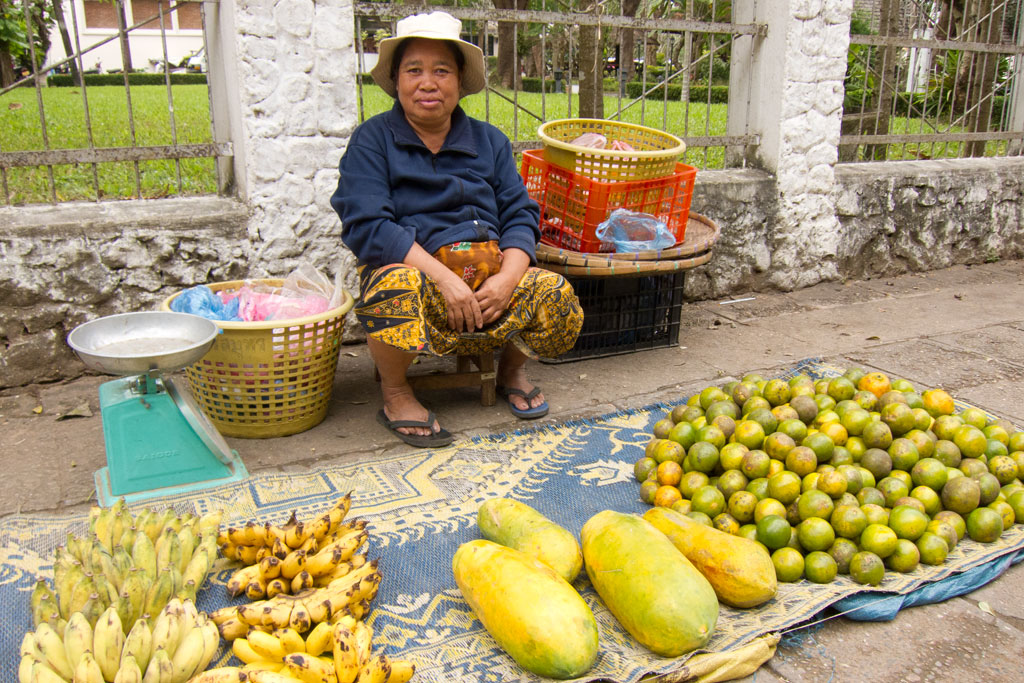Laotische Küche – Marktfrau mit Obst | SOMEWHERE ELSE