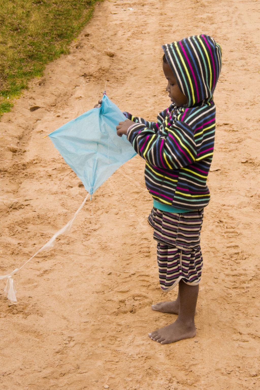 Leben in Kambodscha – Junge mit gebasteltem Drachen | SOMEWHERE ELSE