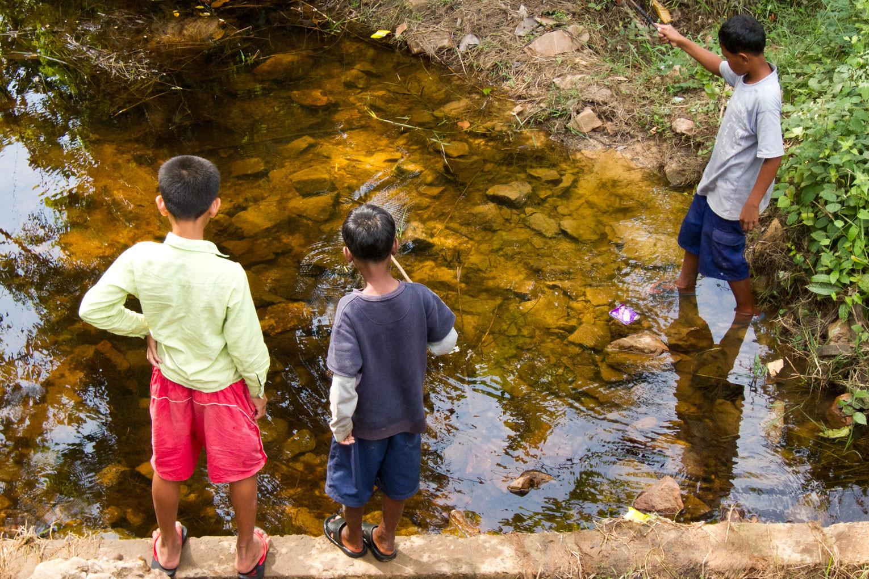 Leben in Kambodscha – Kinder angeln am Bach   SOMEWHERE ELSE