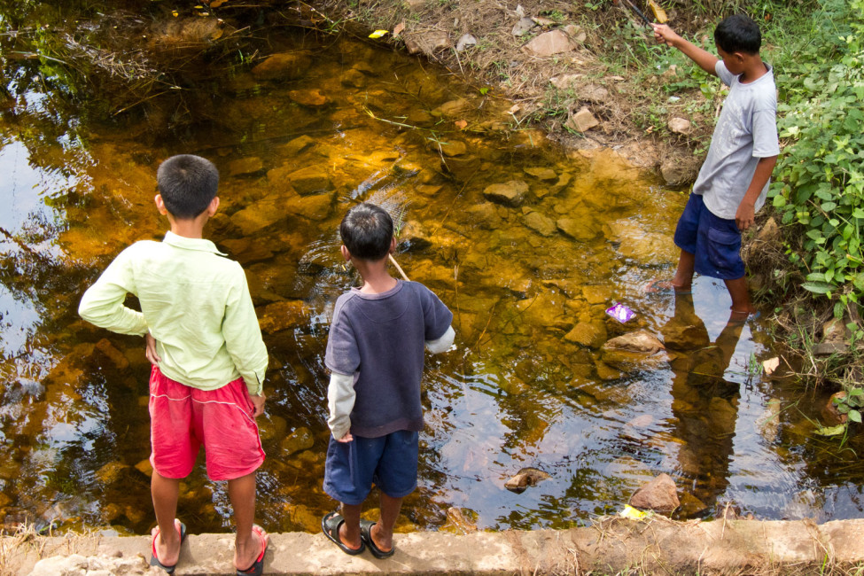 Leben in Kambodscha – Kinder angeln am Bach | SOMEWHERE ELSE