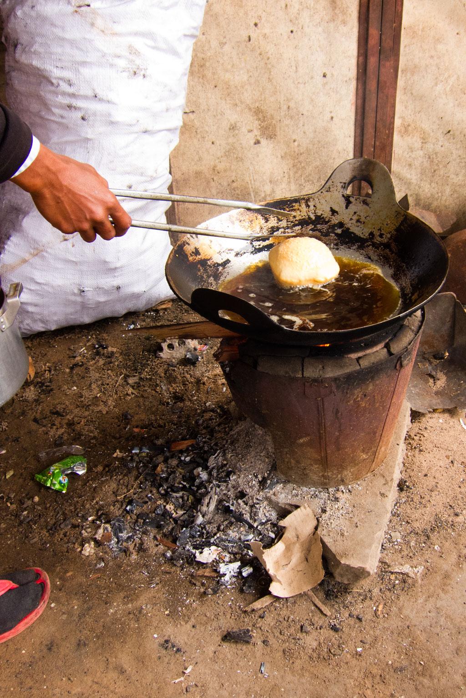Leben in Kambodscha – Frittieren von Reiskuchen | SOMEWHERE ELSE