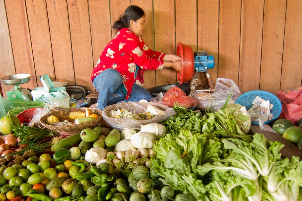Leben in Kambodscha – Marktfrau an ihrem Stand | SOMEWHERE ELSE