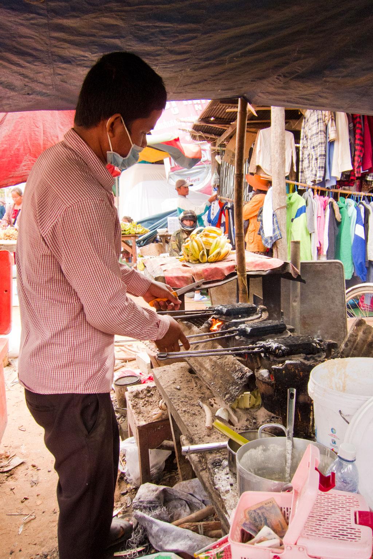 Leben in Kambodscha – Marktverkäufer an seinem Stand | SOMEWHERE ELSE