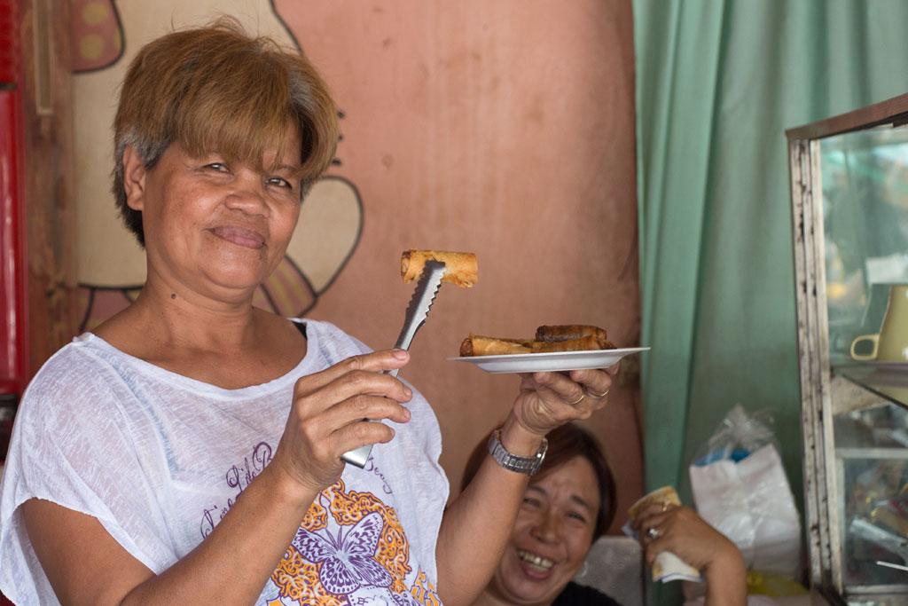 Märkte auf den Philippinen – Filipina präsentiert ihr Essen in Moalboal auf Cebu | SOMEWHERE ELSE