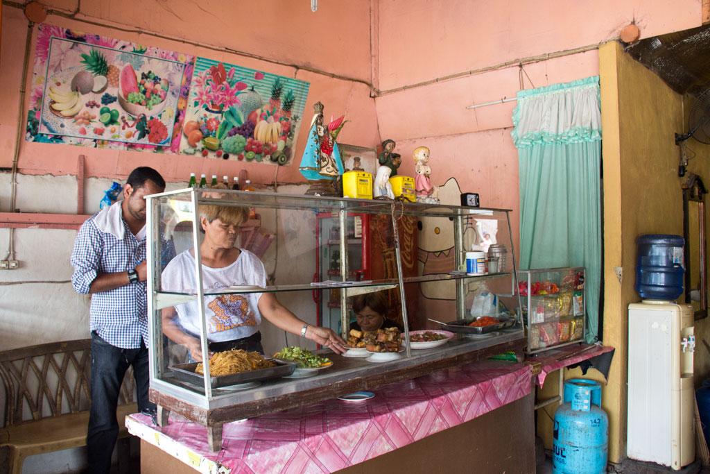 Märkte auf den Philippinen – Auslage mit Gerichten in Moalboal auf Cebu | SOMEWHERE ELSE