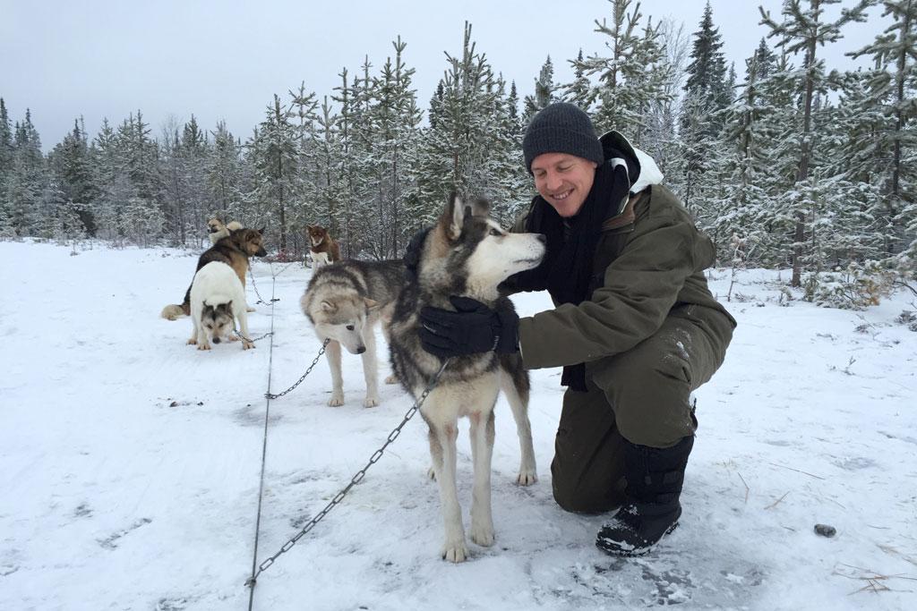 Mit Schlittenhunden durch Schwedens Winterlandschaft – Hunde streicheln | SOMEWHERE ELSE