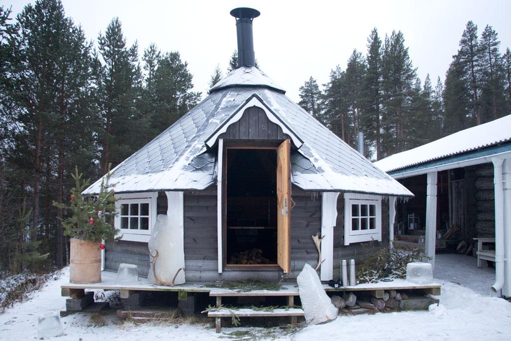 Mit Schlittenhunden durch Schwedens Winterlandschaft – Gemütliche Kota | SOMEWHERE ELSE