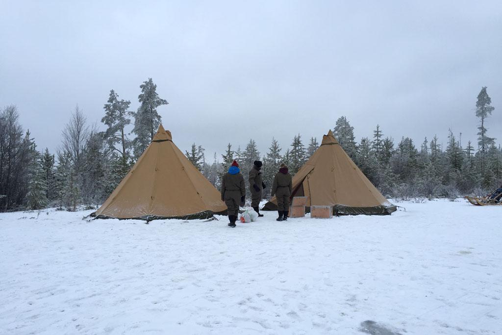 Mit Schlittenhunden durch Schwedens Winterlandschaft – Zelte im Outdoorcamp | SOMEWHERE ELSE