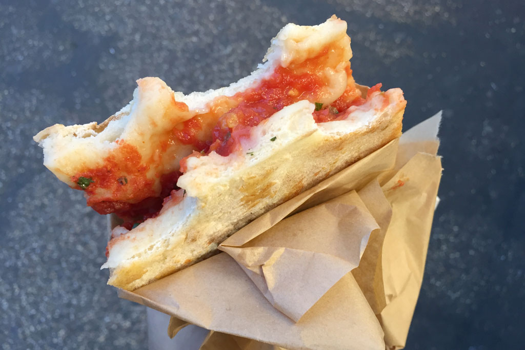 Testaccio Rom – Volpetti Feinkostladen Pizza Marinara | SOMEWHERE ELSE