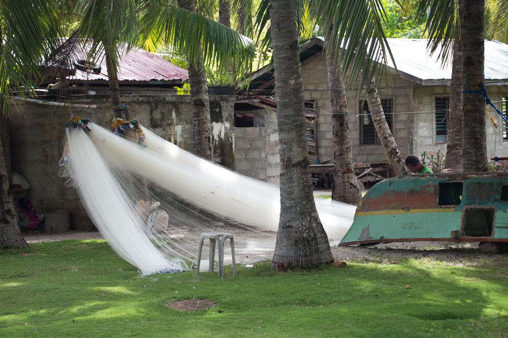 Pamilacan Island – Fischernetz im Dorf zum Trocknen | SOMEWHERE ELSE