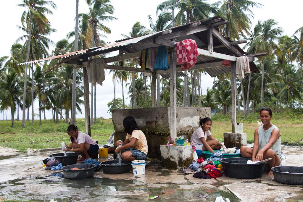 Pamilacan Island – Frauen beim Wäschewaschen| SOMEWHERE ELSE