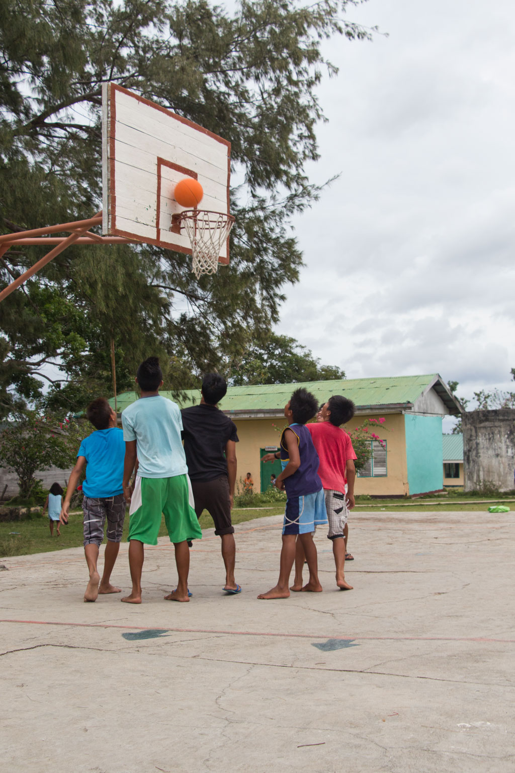 Pamilacan Island – Kinder spielen Basketball | SOMEWHERE ELSE