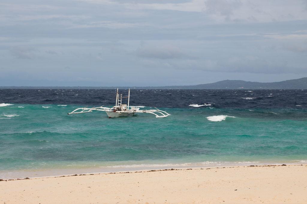 Pamilacan Island – am Strand mit Blick auf Boot im Meer | SOMEWHERE ELSE