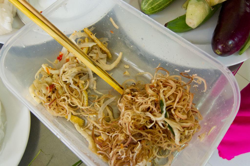 Vietnamesisch Kochen lernen – Vorbereitung Bananenblütensalat | SOMEWHERE-ELSE