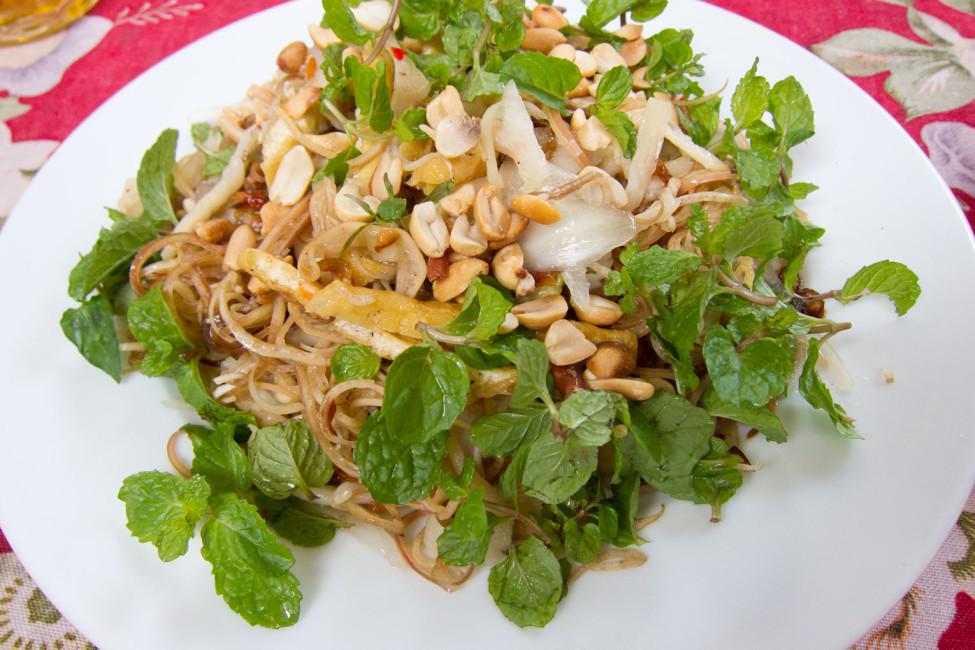 Vietnamesisch Kochen lernen – Frischer Bananenbluetensalat | SOMEWHERE-ELSE