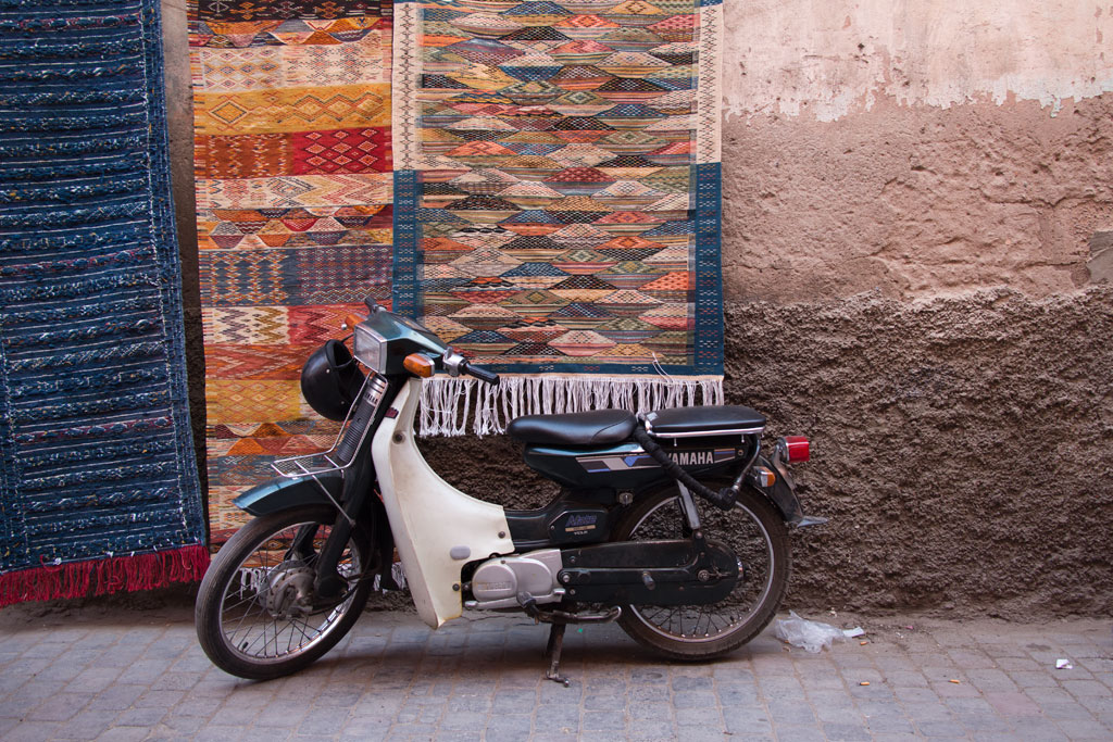 Marokko Trip – Marrakesch – Teppiche in einer Gasse der Medina | SOMEWHERE ELSE