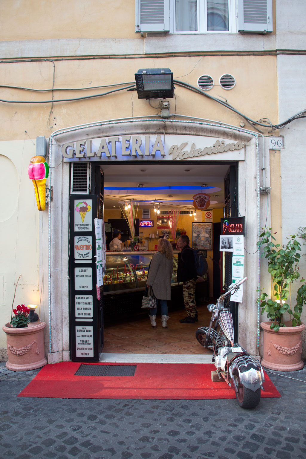 Italienisches Eis – Gelateria Valentino – Eingang Eisdiele | SOMEWHERE ELSE