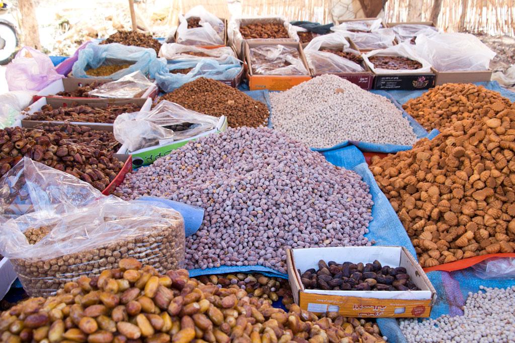 Marokkanische Gerichte – Nüsse, Datteln und Kekse auf dem Markt in Aourir | SOMEWHERE ELSE