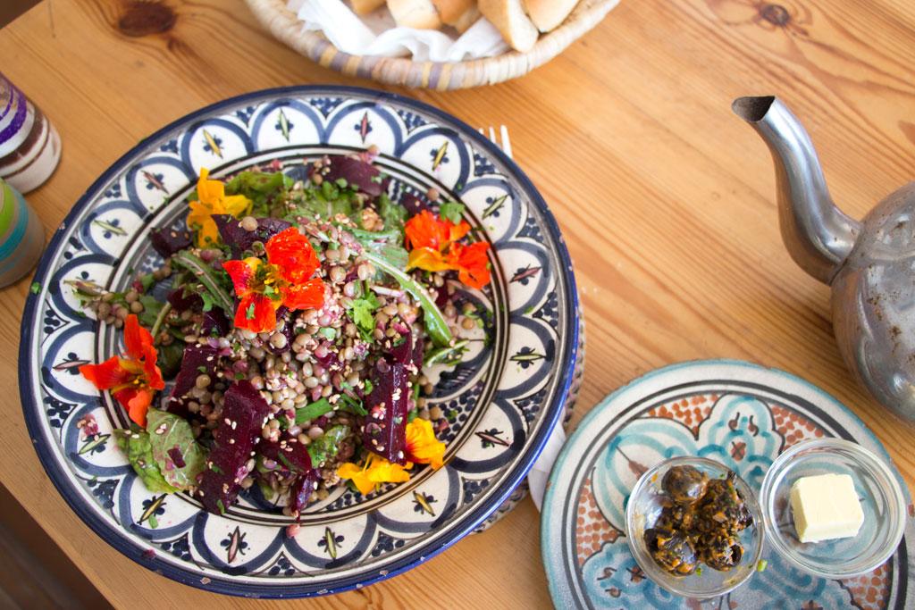 Marokkanische Gerichte – Rote-Beete-Linsen Salat im Café Mouja | SOMEWHERE ELSE