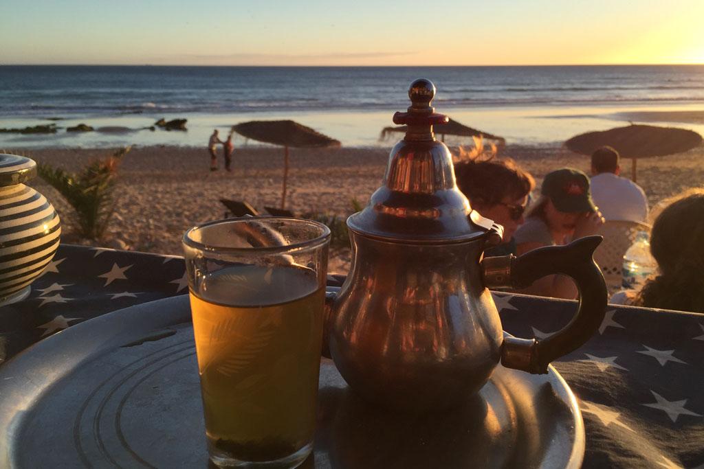 Marokkanische Gerichte – Teetrinken am Strand zu Sonnenuntergang | SOMEWHERE ELSE