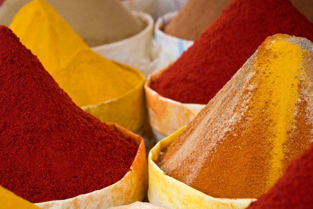 Marokkanische Gerichte – Bunte Berge von Gewürzen auf dem Markt in Aourir | SOMEWHERE ELSE
