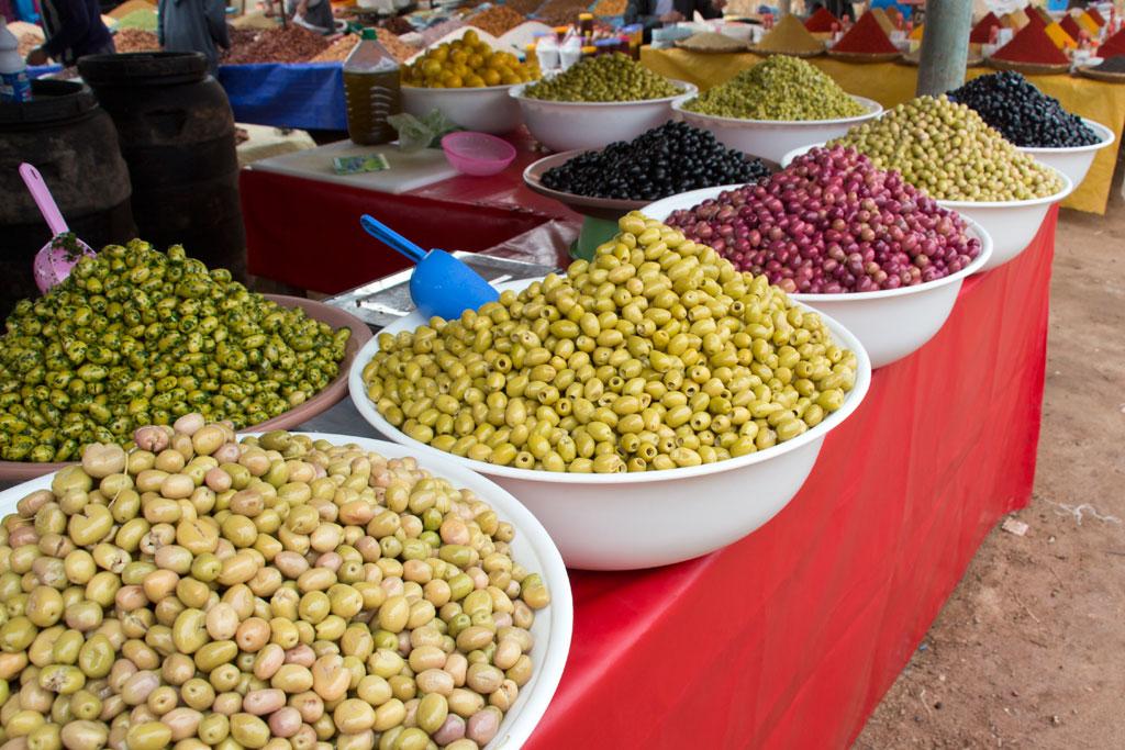 Marokkanische Gerichte – Bunte Oliven auf dem Markt in Aourir | SOMEWHERE ELSE
