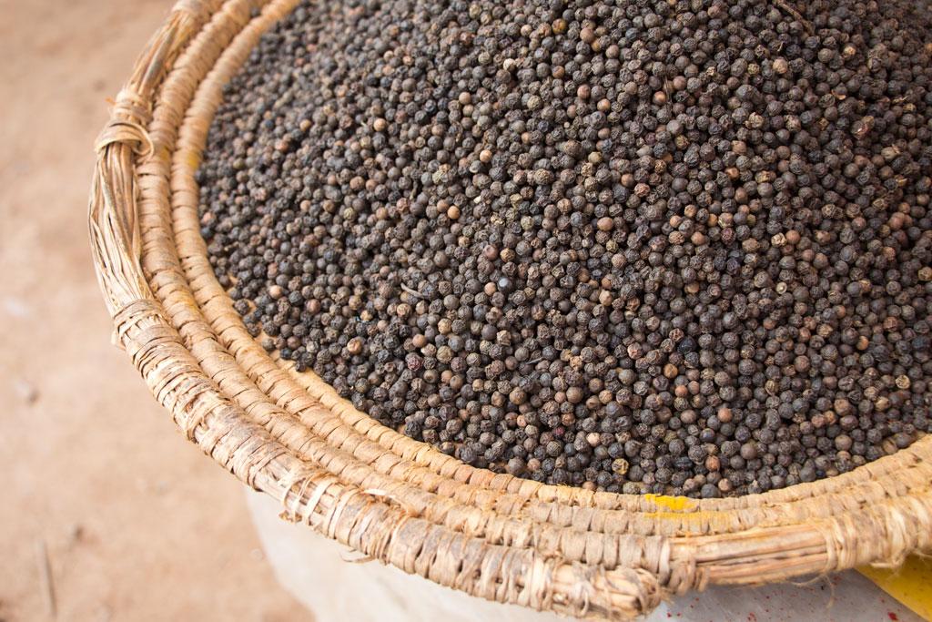 Marokkanische Gerichte – Schwarzer Pfeffer auf dem Markt in Aourir | SOMEWHERE ELSE