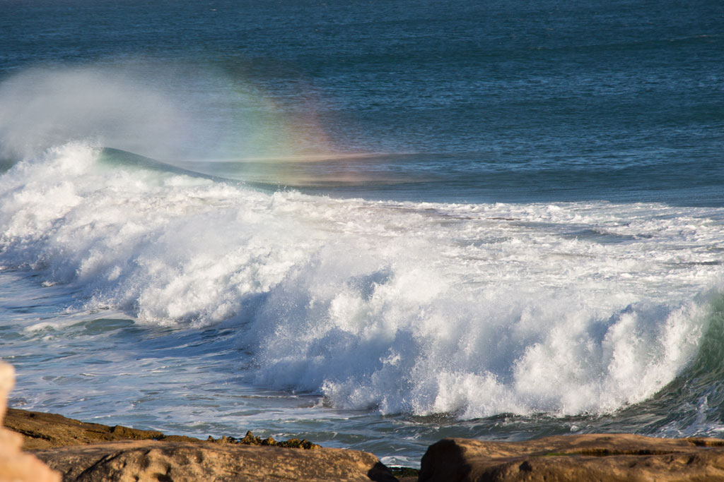 Taghazout Surfen – Welle mit Regenbogen am Anchor Point   SOMEWHERE ELSE