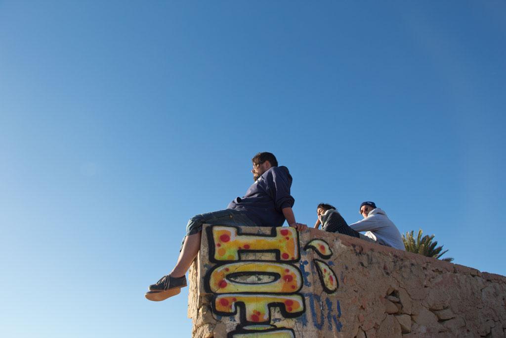Taghazout Surfen – Auf der Mauer sitzen am Anchor Point   SOMEWHERE ELSE